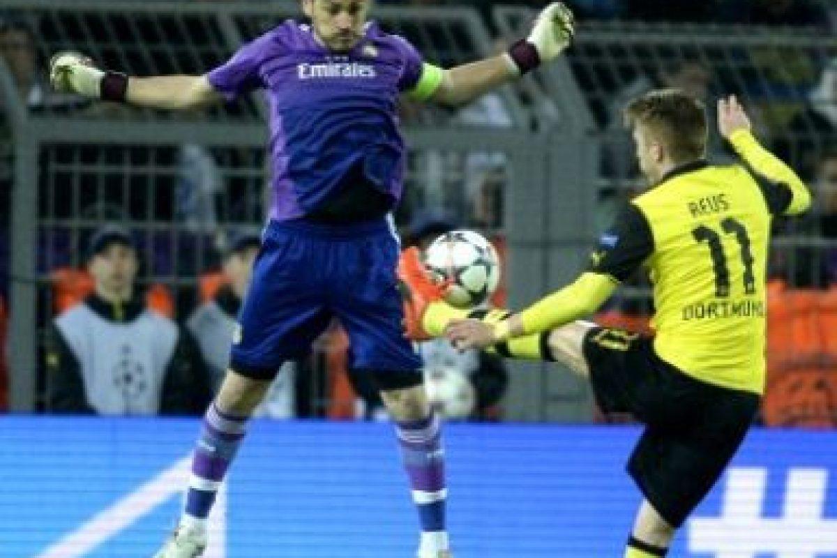 Reus tratando de evitar al arquero Iker Casillas. Foto:AFP. Imagen Por: