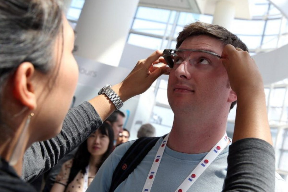 Un asistente probando Google Glass Foto: Getty. Imagen Por: