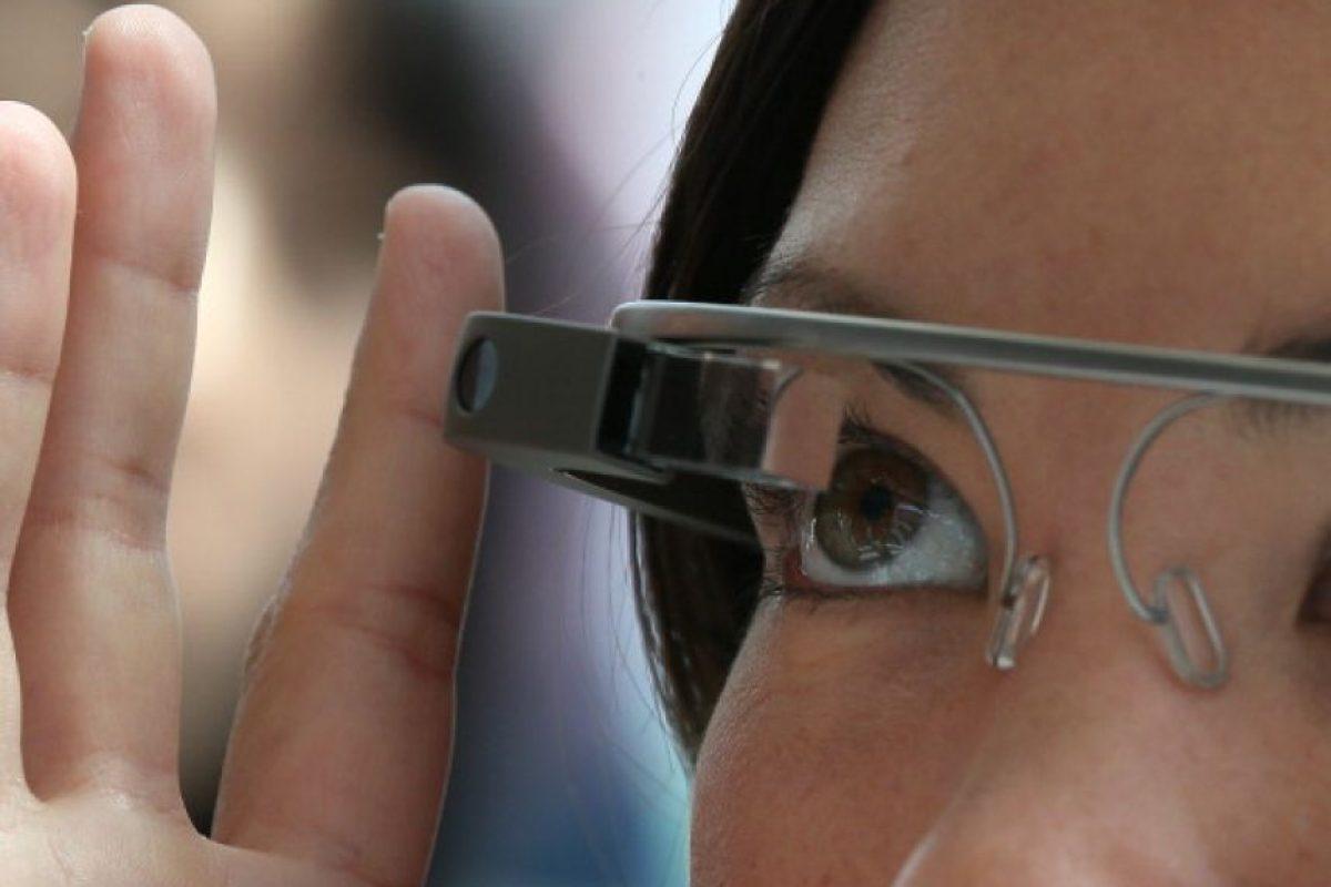 Un asistente probando Google Glass Foto:Getty. Imagen Por: