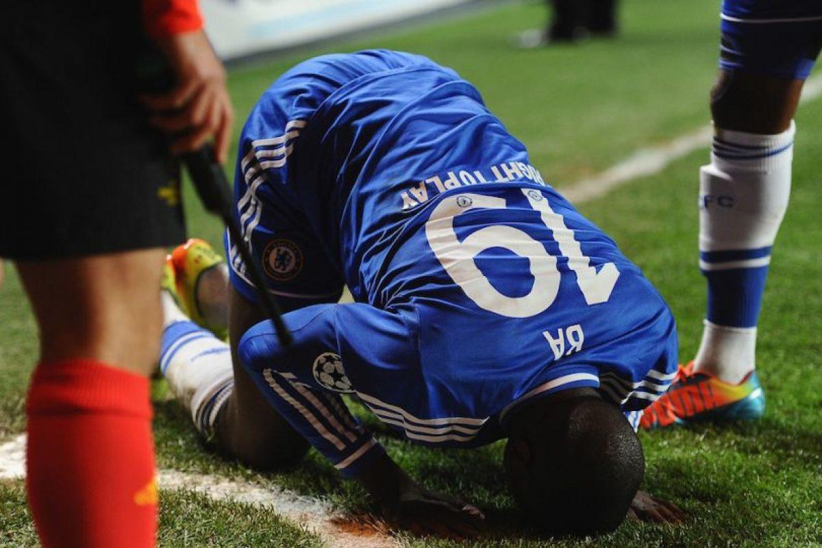 Ba besando el césped del Stamford Bridge. Foto:getty images. Imagen Por: