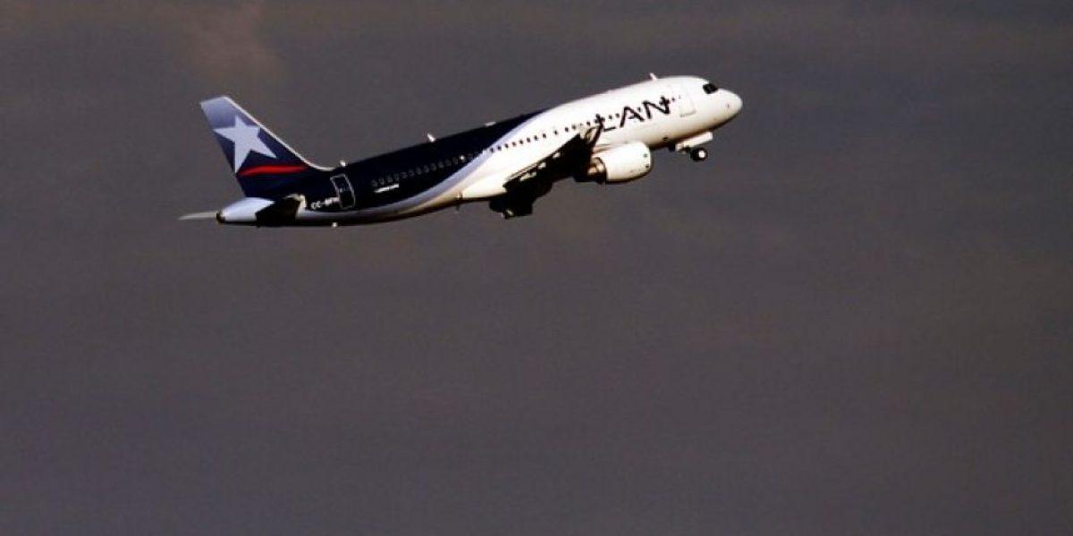 Impacto de un rayo sobre avión de LAN deja un herido  en el aeropuerto argentino