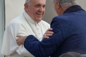 El Papa volvió a subir a un conocido suyo al Papamóvil Foto:AFP. Imagen Por:
