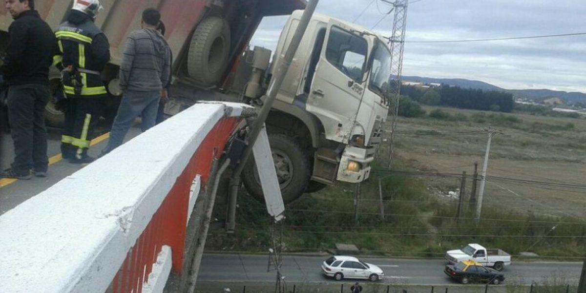 Camión queda colgando en un puente de Concepción