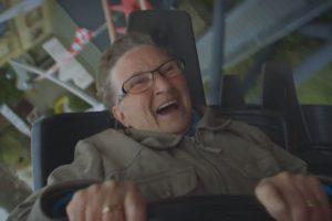 La abuela Ria no puede parar de reír durante todo el viaje Foto:Captura. Imagen Por: