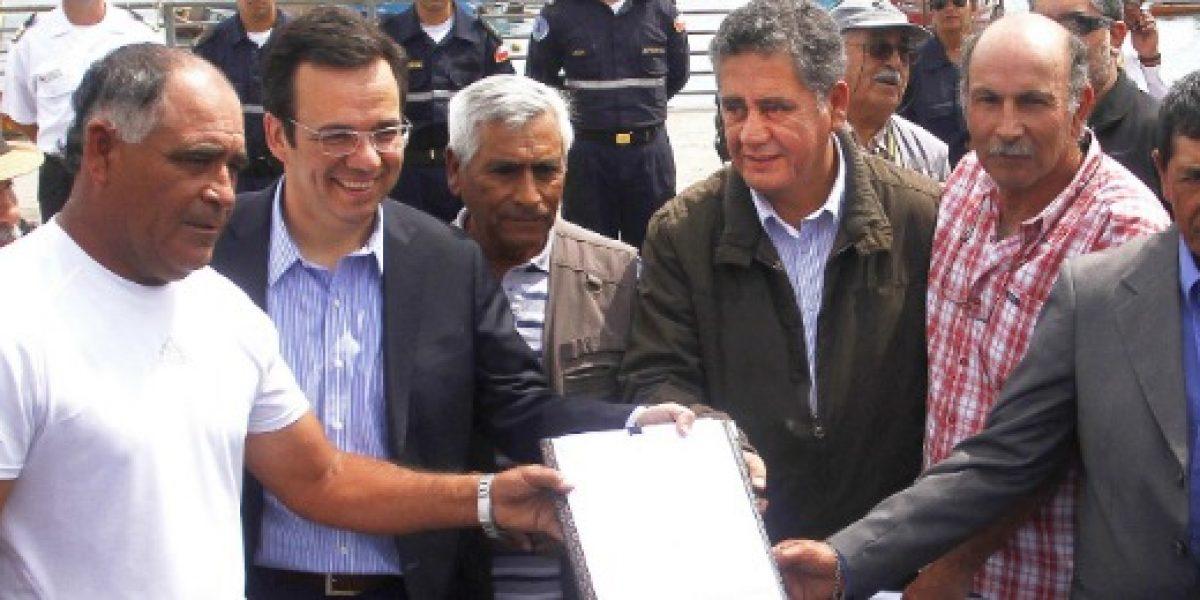 Gobierno y pescadores de Iquique firman protocolo para reconstrucción tras tsunami