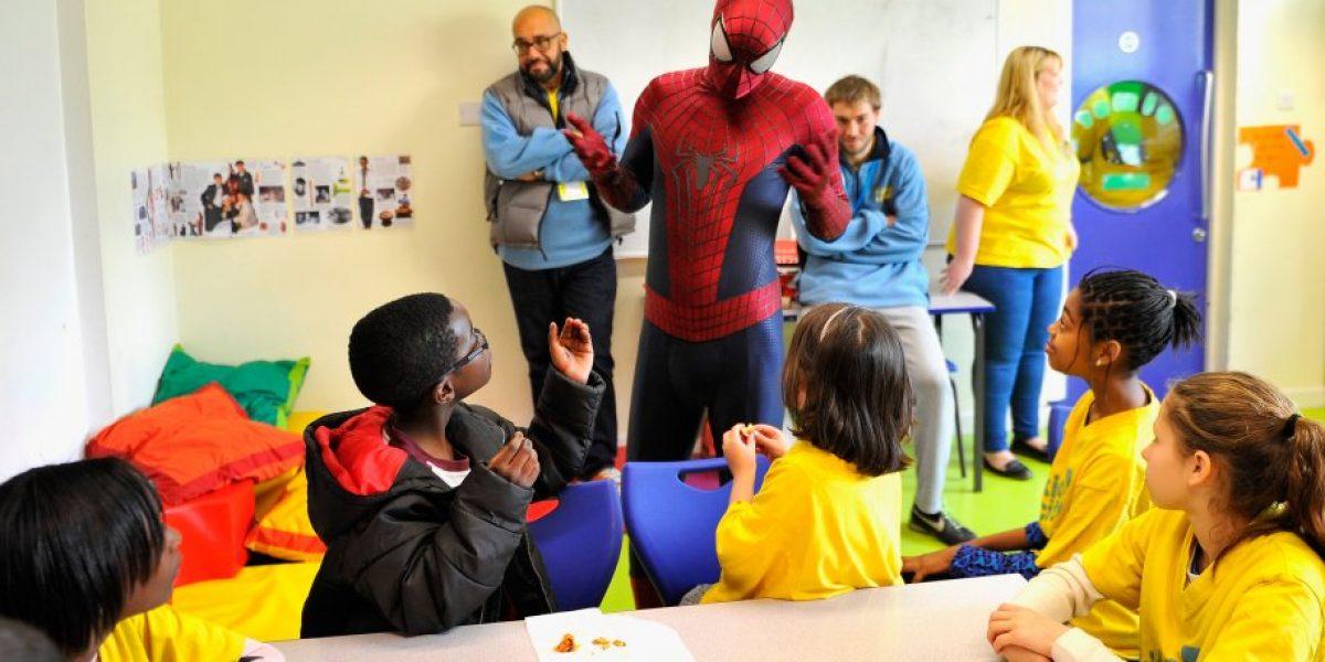 Spider-Man sorprende a niños de un escuela en Londres