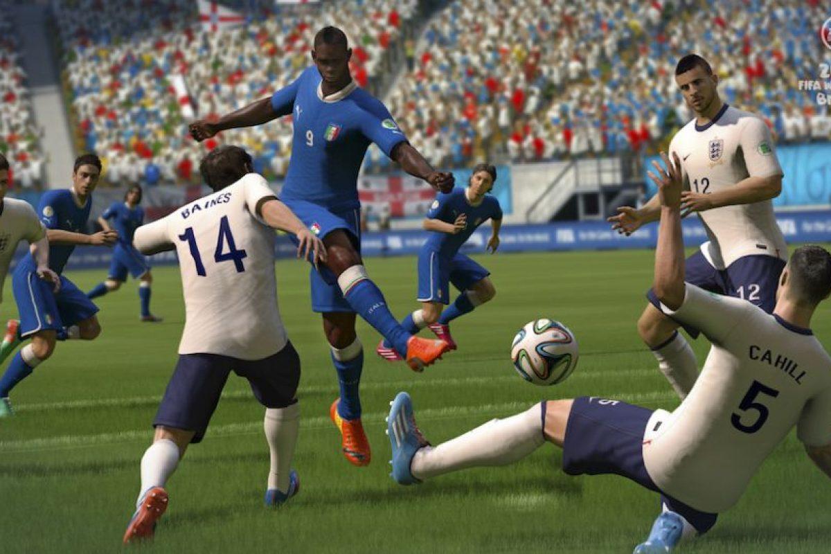 Italianos e ingleses en la lucha por el balón. Foto:EA Sports. Imagen Por:
