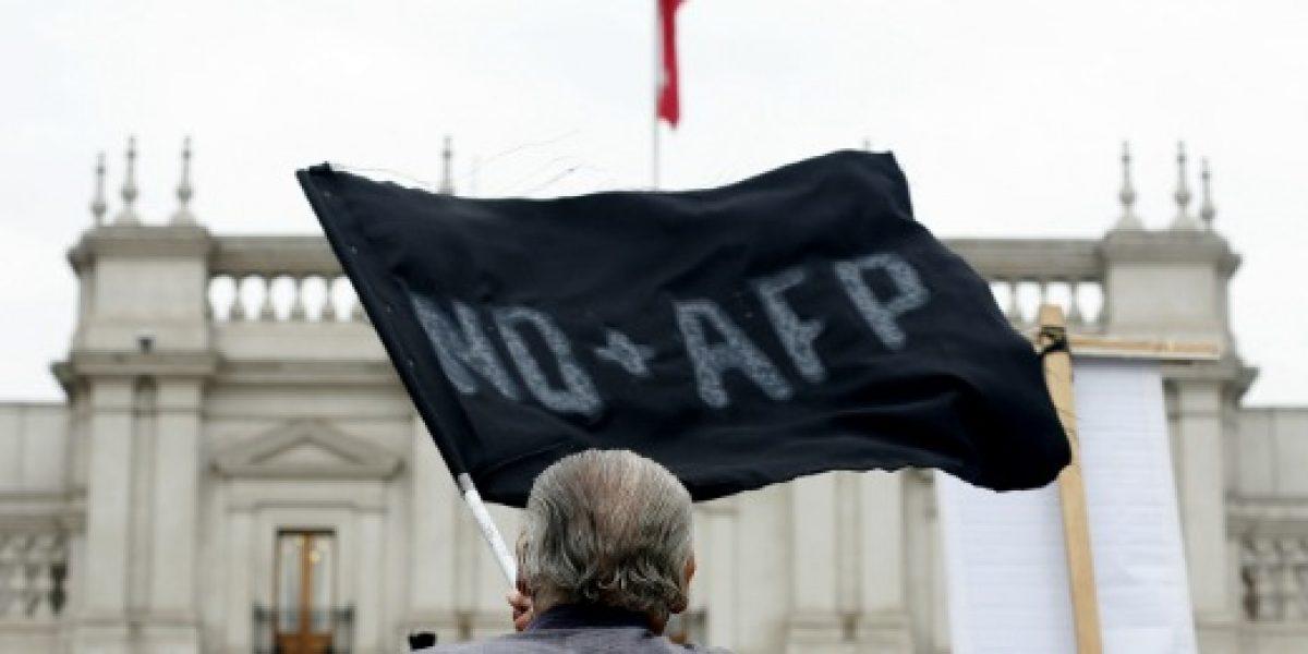 Pensionados entregan a Bachelet propuesta distinta a AFP estatal