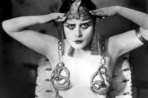Theda Bara, actriz de los años 20 que correspondió a la imagen de 'vampiresa'. Foto :Wikipedia. Imagen Por: