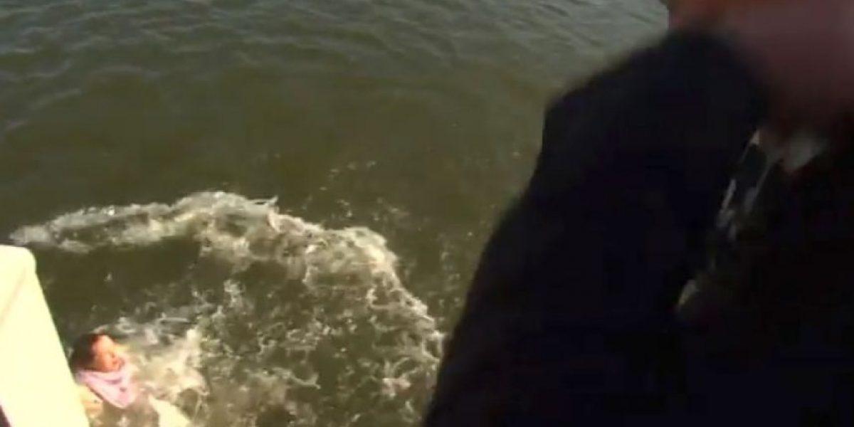 Video: ¡Le movieron el piso! Reportera cae al mar durante una entrevista