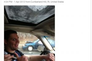 Junto a un accidente de auto. Foto:Selfies at serious places / Tumblr. Imagen Por: