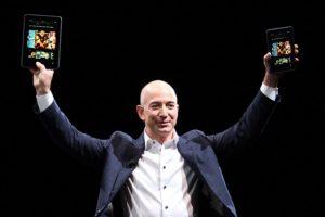 Jeff Bezos, fundador y CEO de Amazon.com presentando sus tabletas Foto:Getty images. Imagen Por: