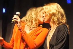 Sharon Stone y Kate Moss en Amfar Foto:Youtube. Imagen Por: