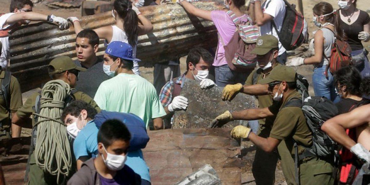 Galería: Cientos de voluntarios junto a Carabineros trabajan en remoción de escombros tras incendio en Valparaíso