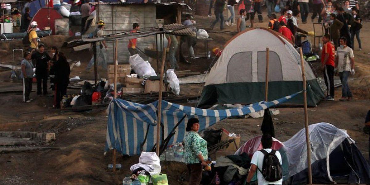 FOTOS: Familias decidieron acampar en sus terrenos en el Cerro Ramaditas tras incendio