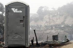 Uno de los pocos baños químicos instalado recientemente en el lugar de la tragedia, sector del cerro Las Cañas. Foto:Agencia Uno. Imagen Por: