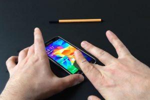 El celular se desbloquea con la huella en la cinta adhesiva. Foto:SRLabs. Imagen Por: