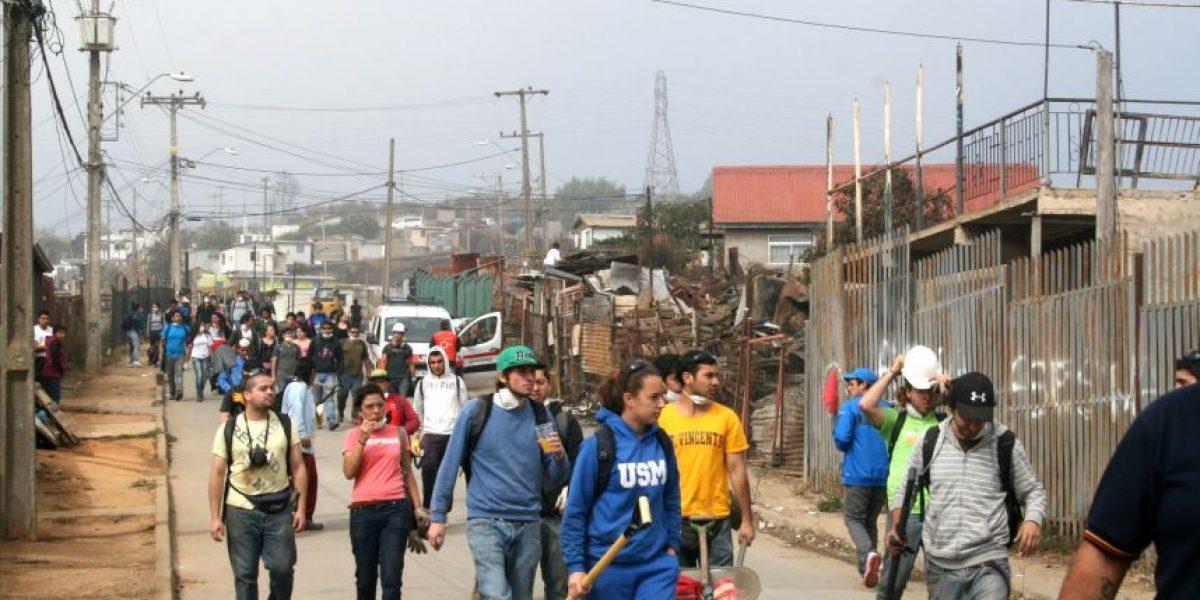 Cerca de 500 voluntarios del INJUV iniciaron la remoción de escombros en los cerros de Valparaíso