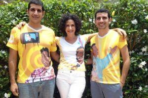 La diseñadora Judy Hazbún con sus hijos luciendo las camisetas. Foto: El Heraldo. Imagen Por: