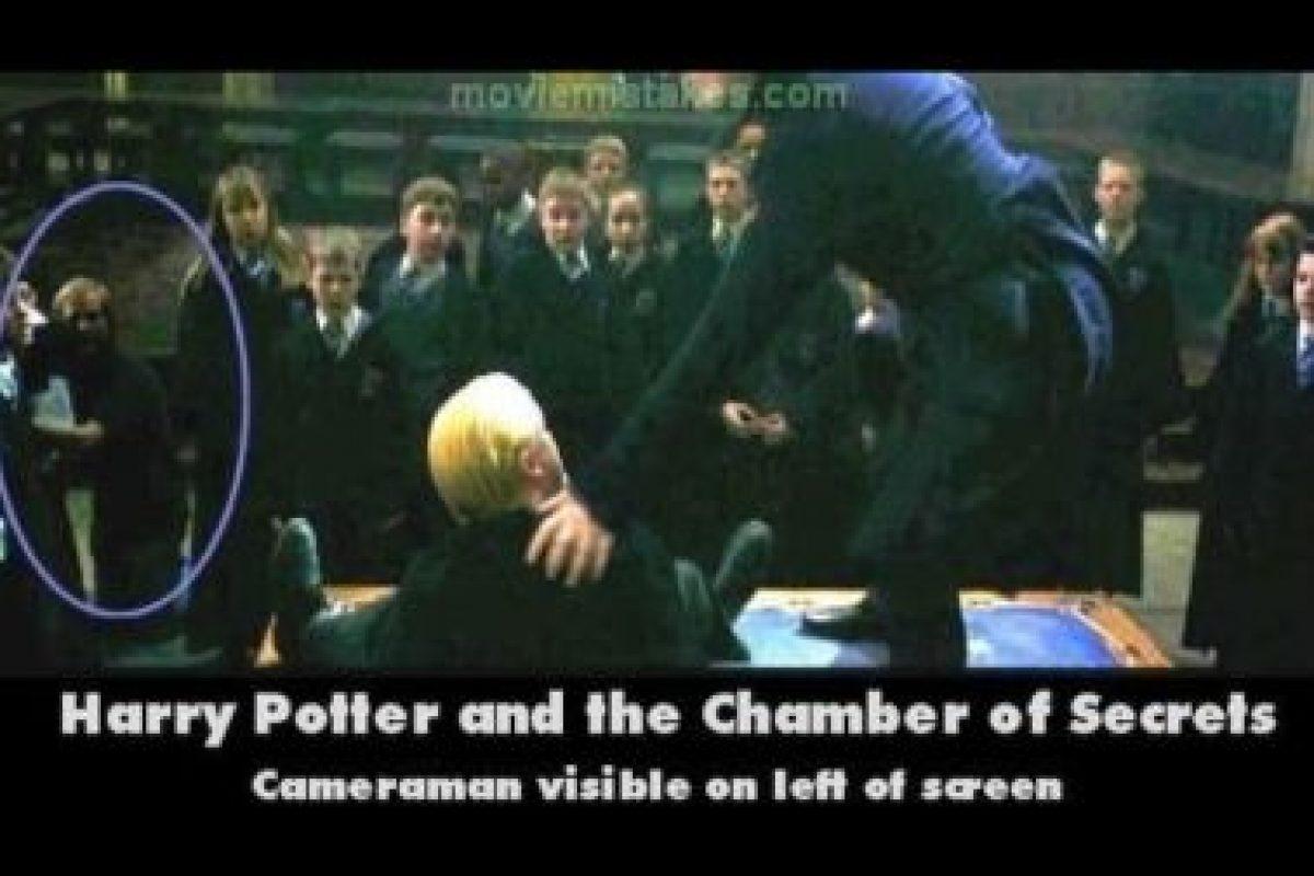 Es posible ver al asistente de cámara en esta toma. Foto:Moviemistakes.com. Imagen Por: