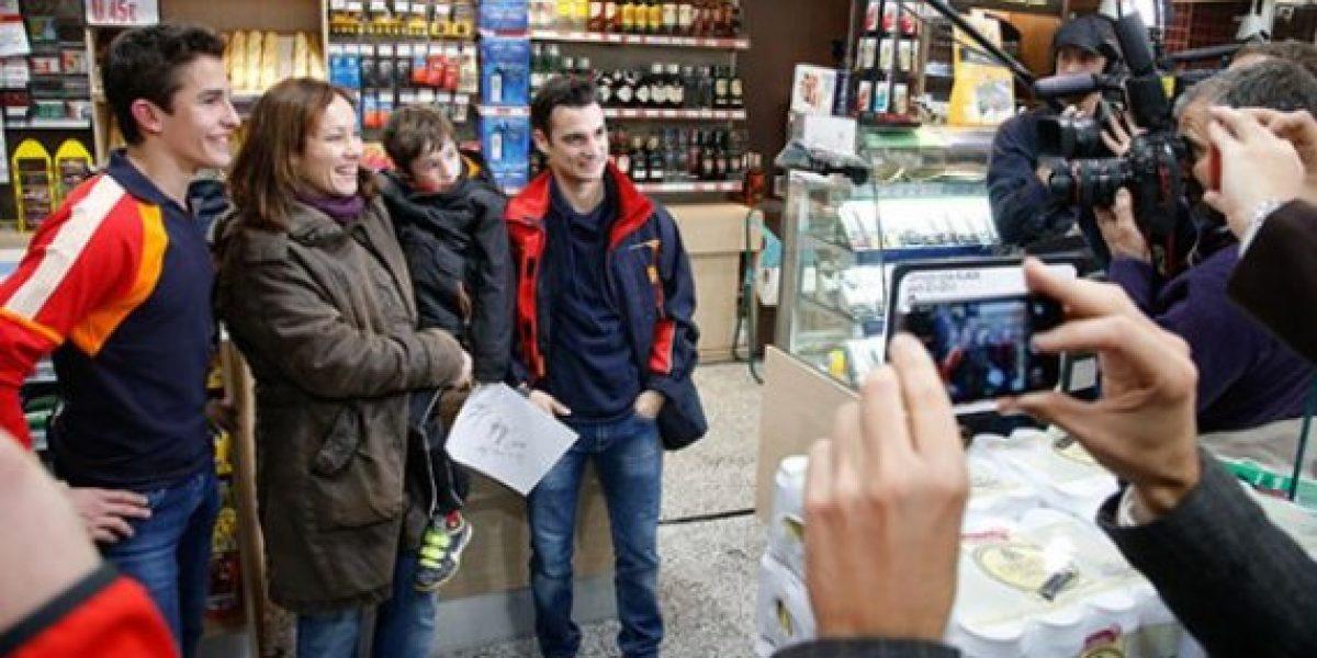 Marc Márquez y Dani Pedrosa atienden en una estación de servicio