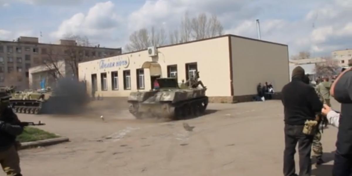 Militares en Ucrania se entretienen con un tanque