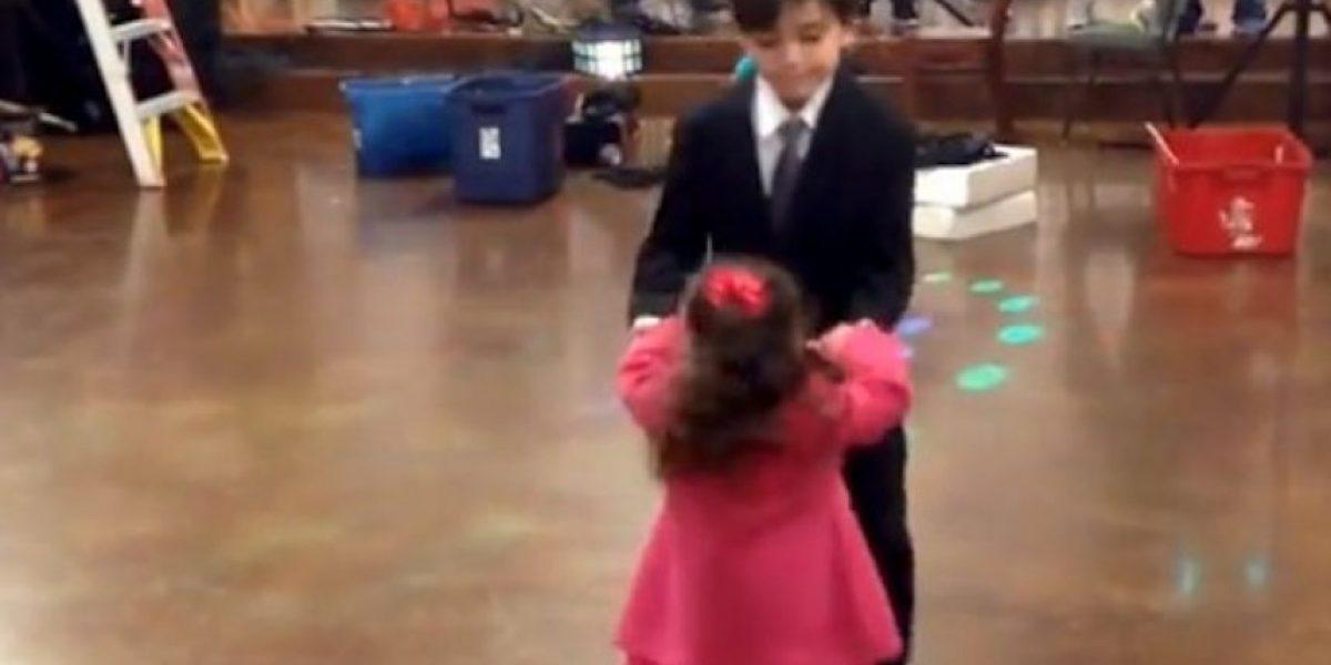 Video: Niña celosa compite por bailar con un niño