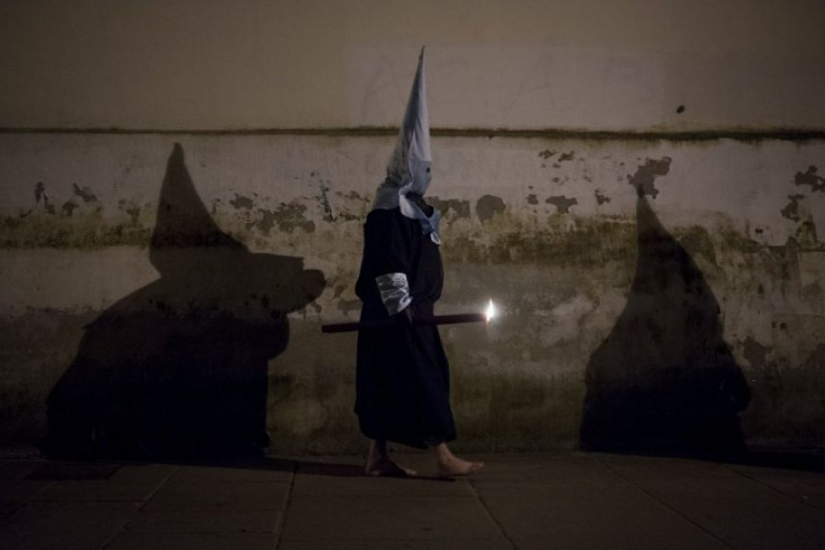 Penitentes caminan descalzos por la calle durante una procesión en España Foto:AFP. Imagen Por: