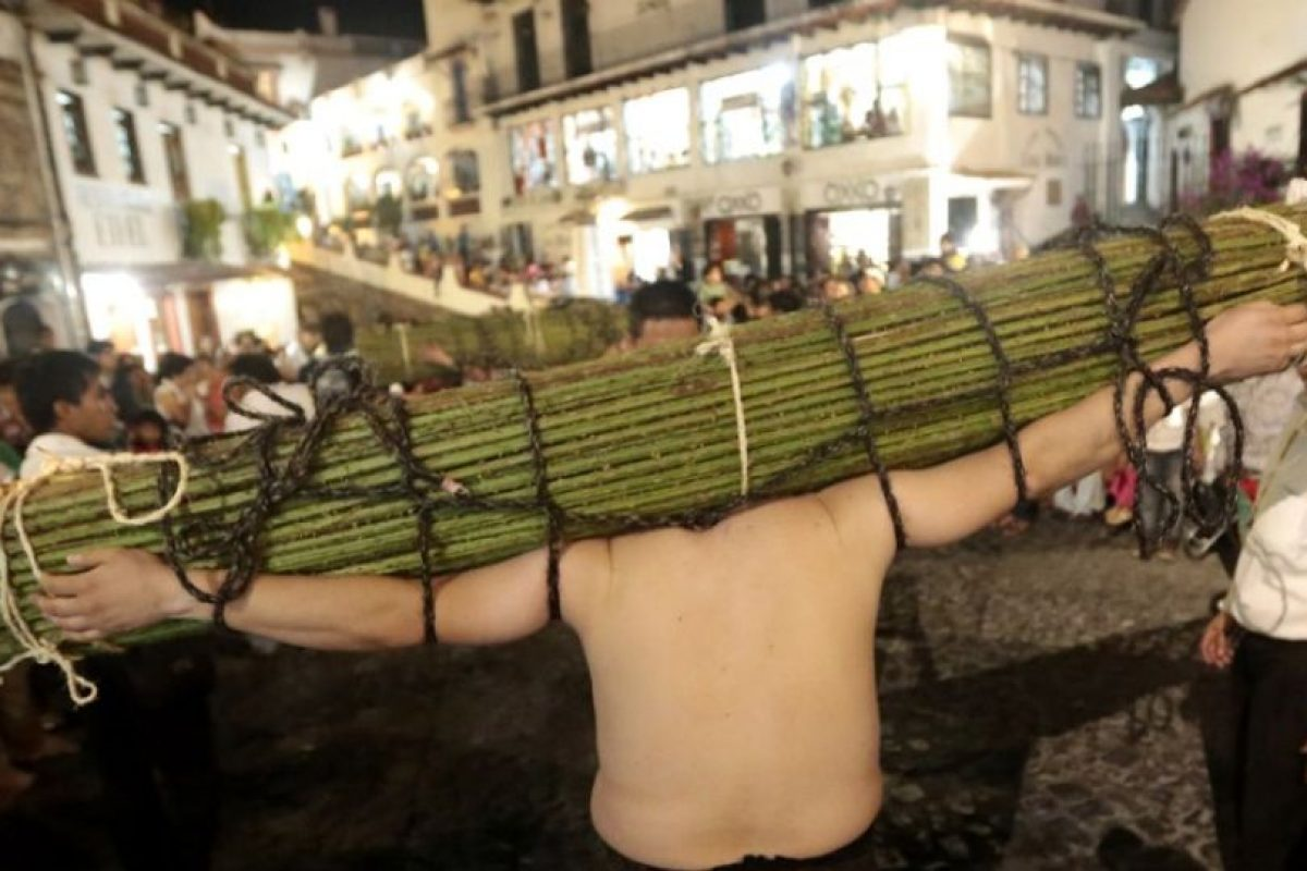 """Los """"empalados"""" caminan descalzos y sosteniendo espinas en México Foto:AFP. Imagen Por:"""