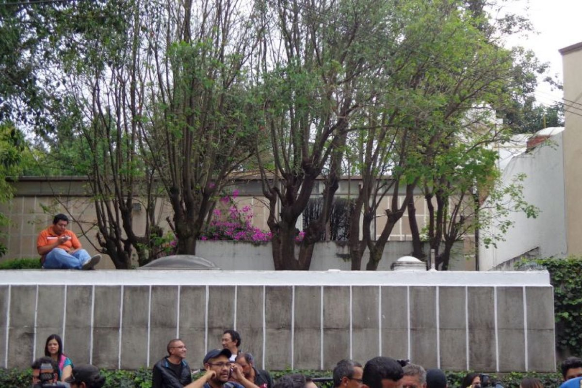 Israel Torres, frente a la casa del premio Nobel de Literatura. Foto:Miladys Soto. Imagen Por: