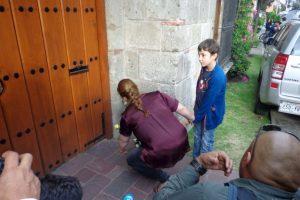 Una mujer con su hijo deja una flor en la casa de García Márquez. Foto:Miladys Soto. Imagen Por: