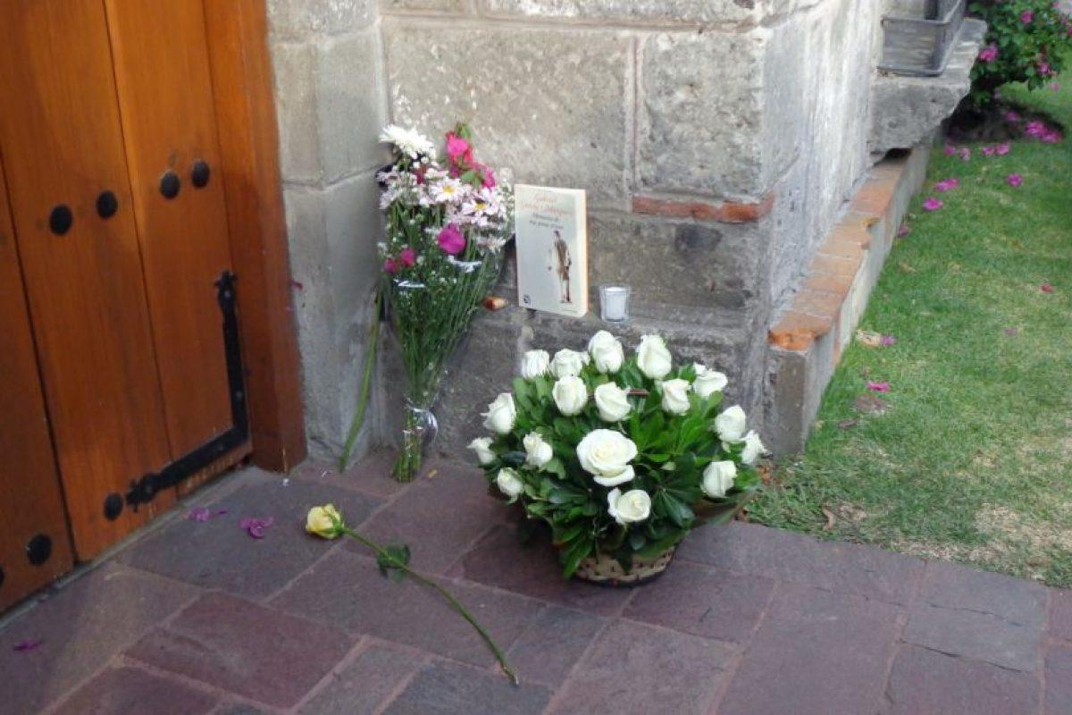 Los lectors comenzaron a dejar arreglos florales, libros y velas frente a la casa del escritor. Foto:Miladys Soto. Imagen Por:
