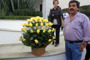 También llevaron las icónicas flores amarillas a la funeraria Foto:Miladys Soto. Imagen Por: