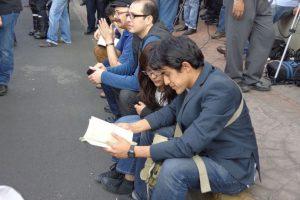 Fanáticos a las afueras de la funeraria leyendo Ojos de Perro Azul, del escritor colombiano. Foto:Miladys Soto. Imagen Por: