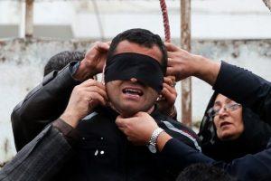 Los padres de la víctima quitan la soga del cuello del condenado a muerte. Foto:AFP. Imagen Por: