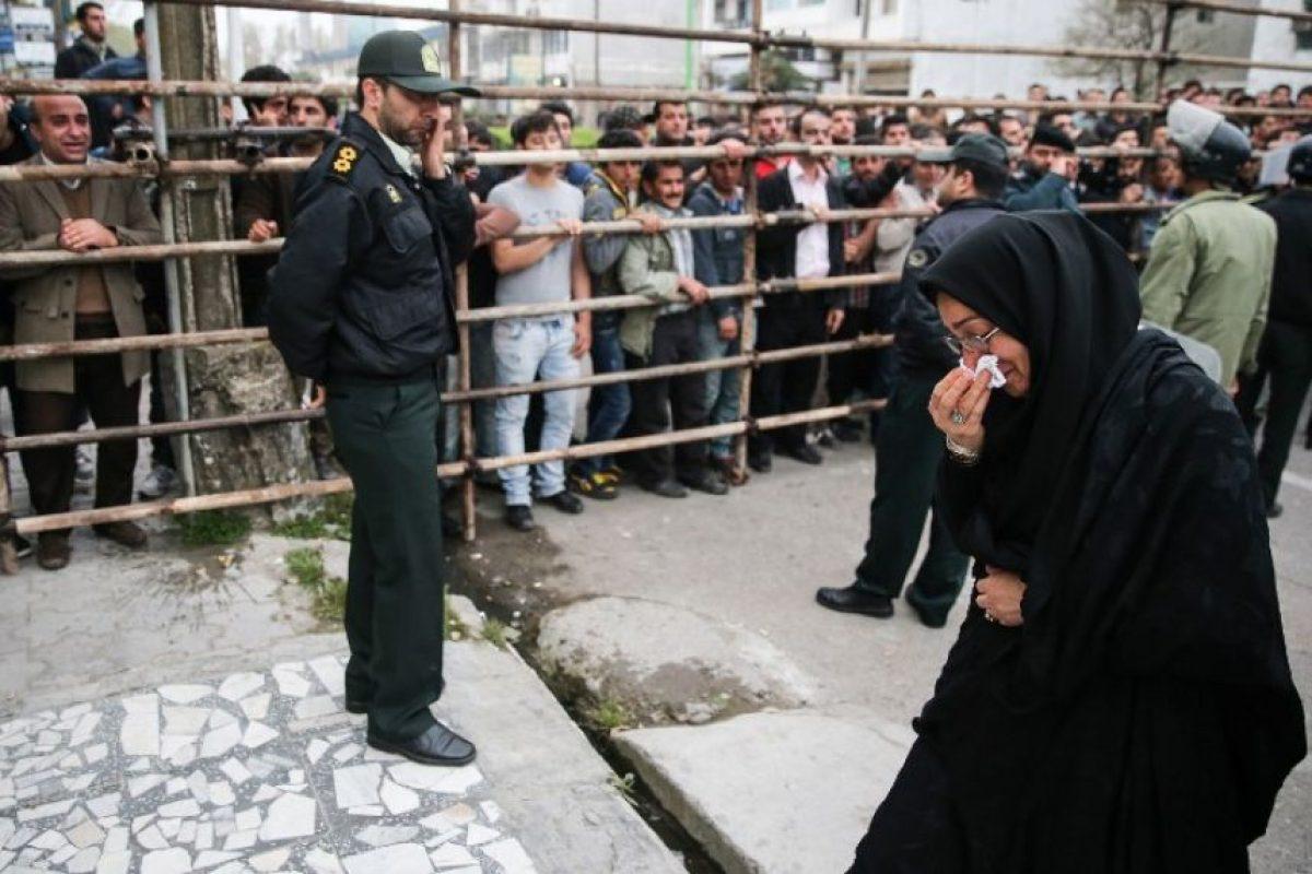 La madre de la víctima abandona el lugar de la horca. Foto:AFP. Imagen Por: