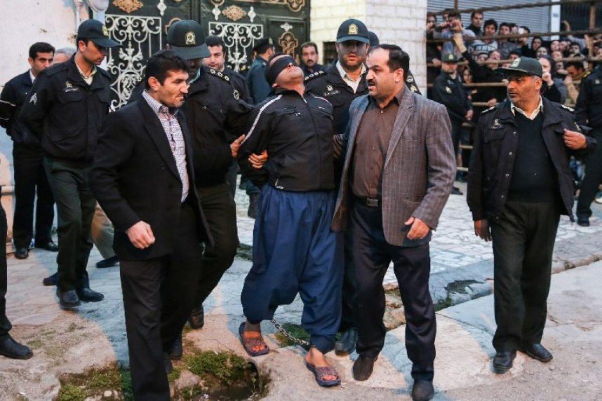 El acusado de asesinato llega al lugar donde será horcado. Foto:AFP. Imagen Por: