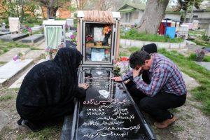 Los papás del joven asesinado lo visitan en su tumba. Foto:AFP. Imagen Por: