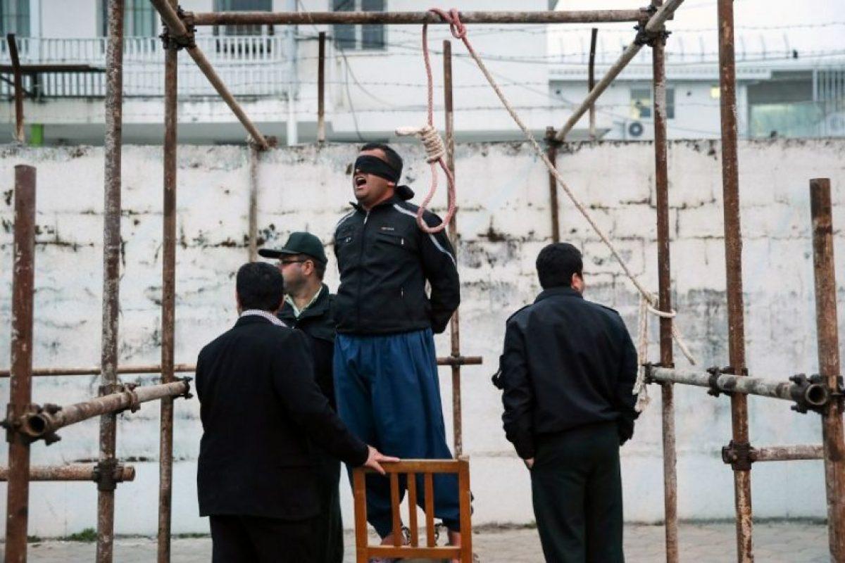 Balal reza en voz alta antes de ser ejecutado. Foto:AFP. Imagen Por:
