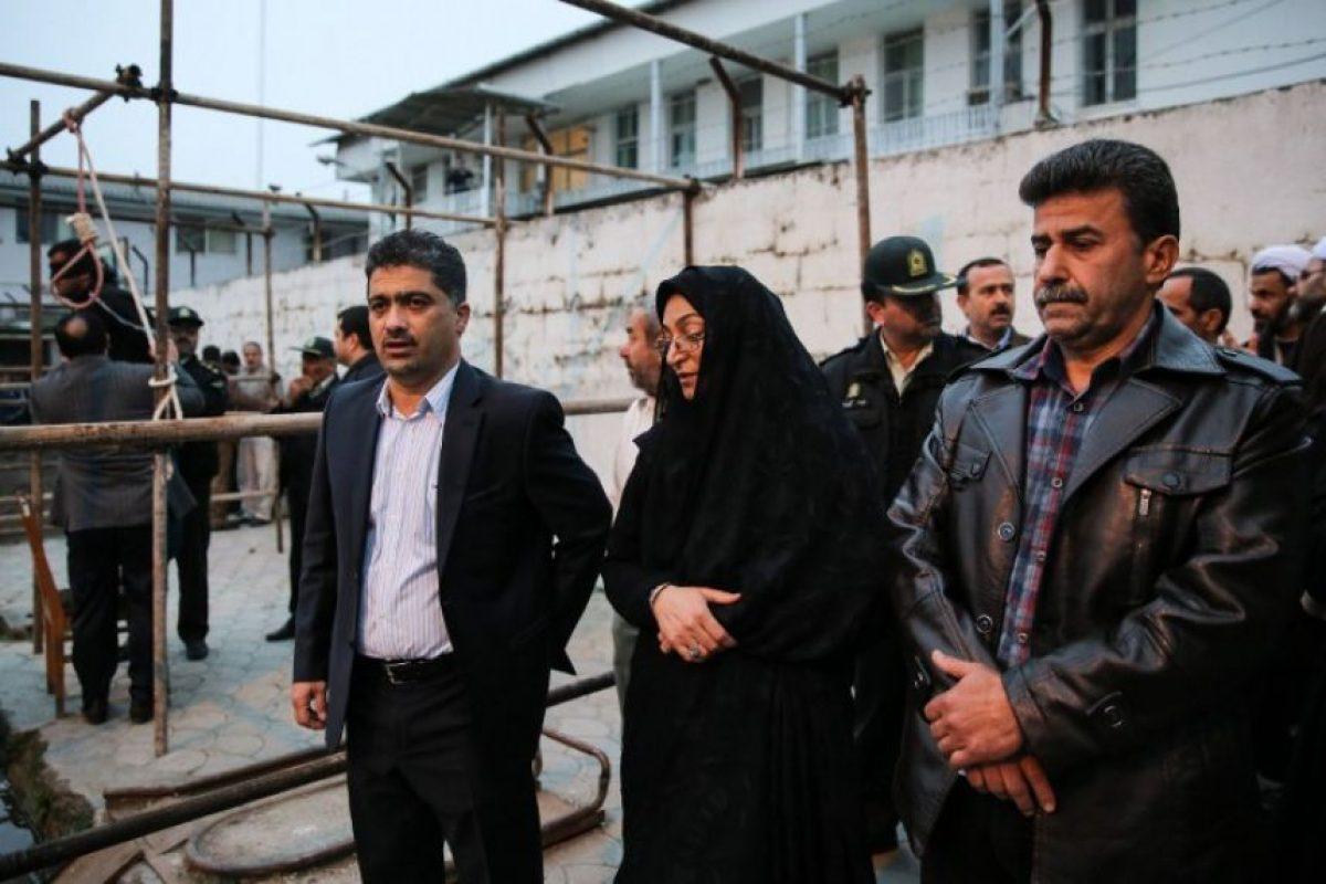 Los padres del joven asesinado llegan al lugar donde será ahorcado el asesino de su hijo. Foto:AFP. Imagen Por:
