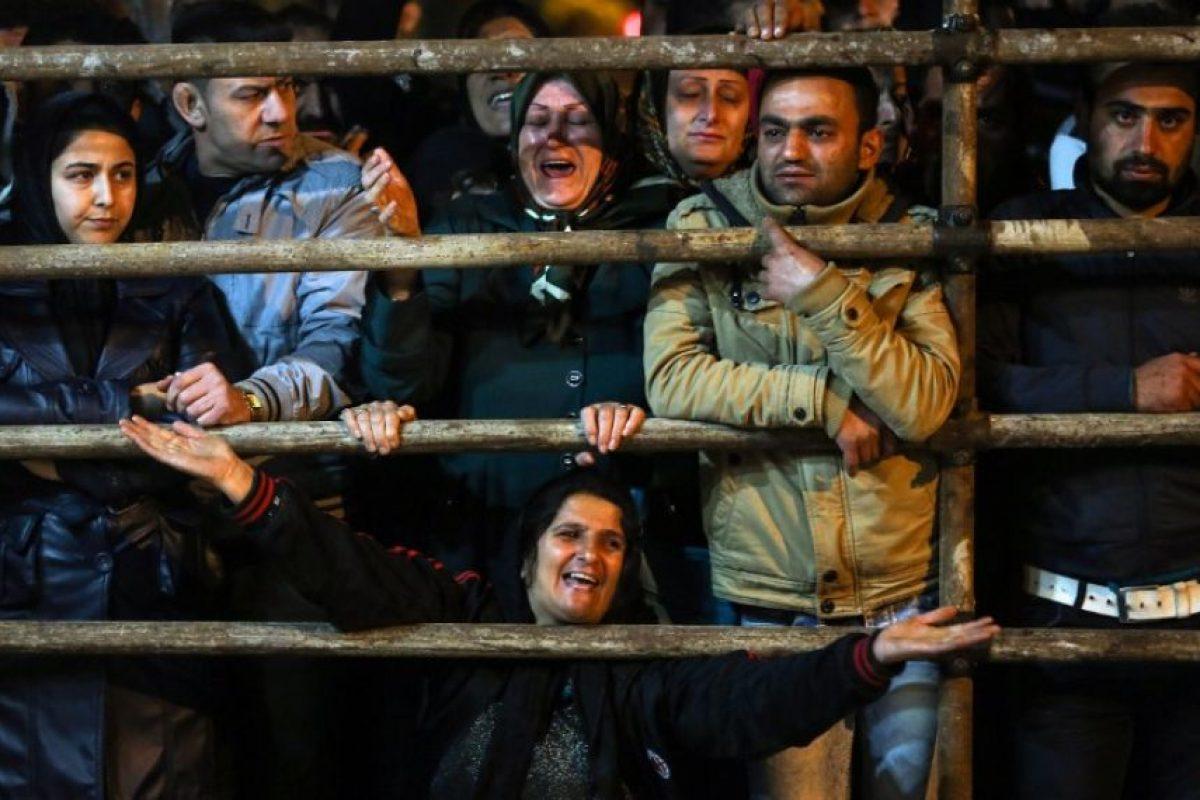 Otra parte de la multitud pide perdón para Balal. Foto:AFP. Imagen Por: