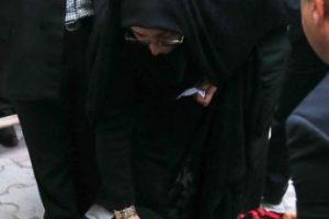 La madre del condenado se hinca a los píes de la mujer que perdonó la vida de su hijo. Foto:AFP. Imagen Por:
