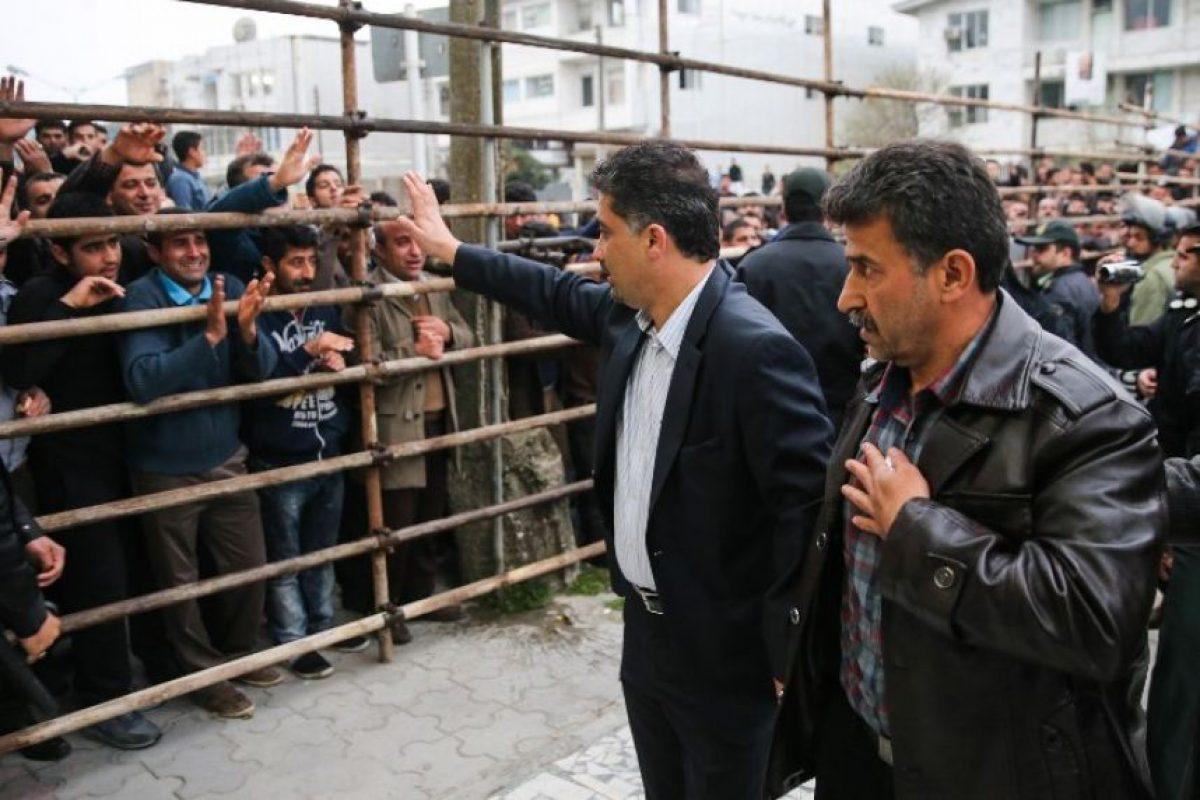 Parte de la multitud saluda a los padres y exigen la muerte del asesino. Foto:AFP. Imagen Por: