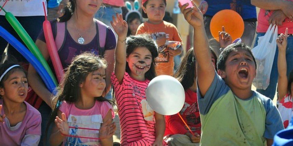 Vecinos levantan primeras mediaguas en cerro Rocuant y niños se distraen con juegos