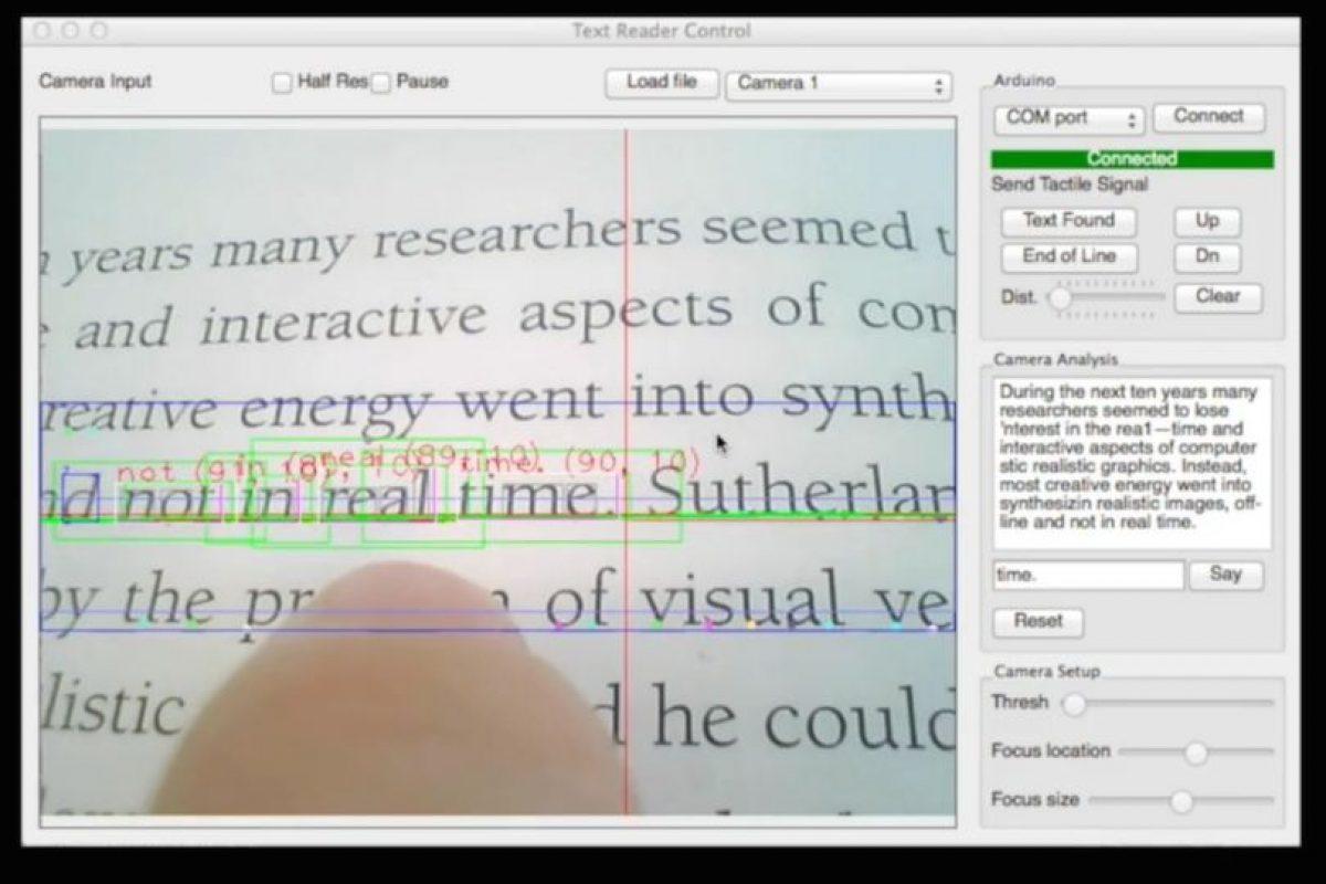 El dispositivo escanea las palabras. Foto:Fluid Interfaces. Imagen Por: