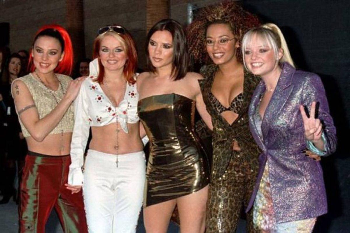 Con las Spice Girls lucía todos los excesos de los 90. Labiales moca, ojos oscuros, y colores metalizados. Foto: Getty. Imagen Por: