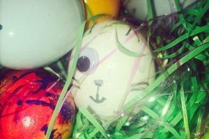 También compartió esta fotografía en donde se aprecia un huevo de pascua sin un ojo Foto:Instagram. Imagen Por: