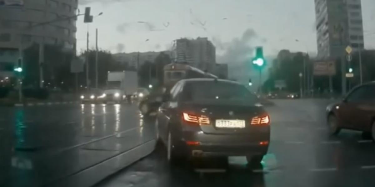 El auto fantasma que casi provoca un accidente