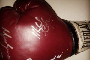 Un guante del campeón de boxeo Mohammad Ali. Foto:Instagram. Imagen Por: