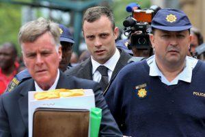 Una vez más, Pistorius posa serio para la cámara al llegar al juicio Foto:AFP. Imagen Por: